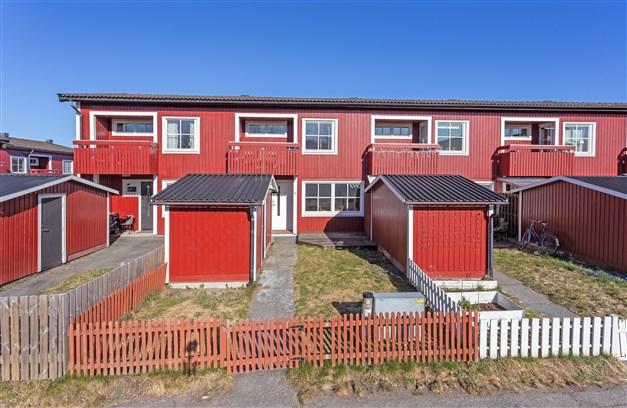 Till varje lägenhet  hör ett eget förråd samt en gräsyta på framsidan.