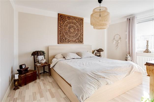 Sovrummet är smakfullt inrett i ljusa färger.