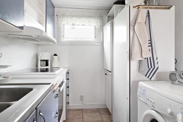 I köket finns även en tvättmaskin.