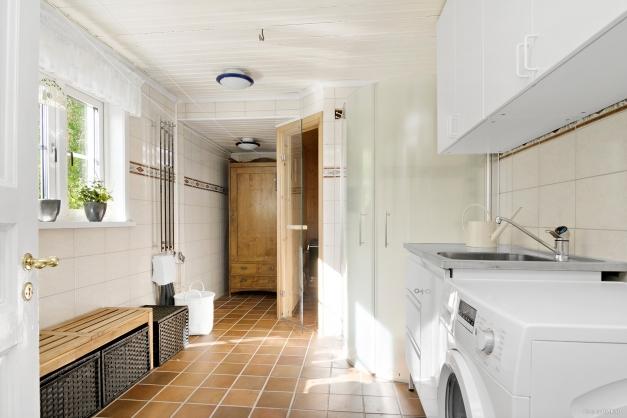 Intill finns tvättstuga med bastu och dusch