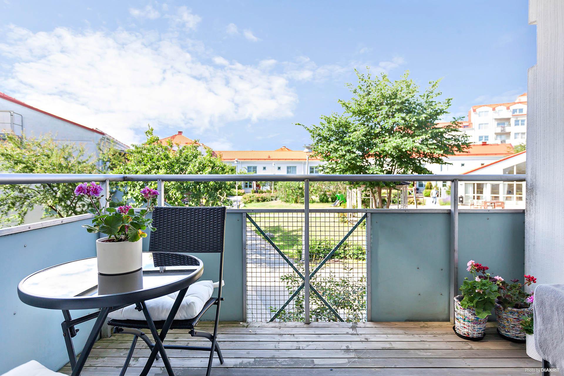 Balkong med vacker utsikt över innergården.
