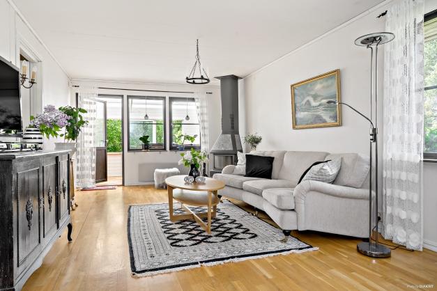 Vardagsrum med plats för både matsalsmöbeln och soffgruppen