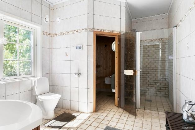 Badrum 1 med dusch och bastu