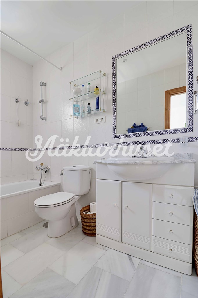 Vitkaklat badrum