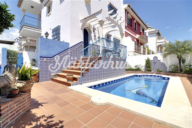 Villa med insynsskyddat poolområde