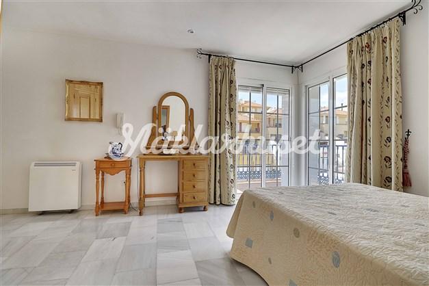 Rymligt sovrum med inbyggda garderober och eget badrum