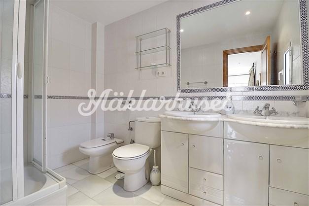 Fräscht badrum med dubbla tvättställ