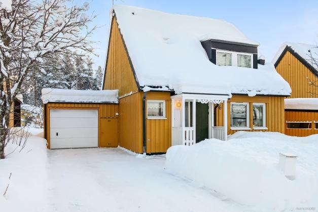 1½ plans villa med vidbyggt garage.