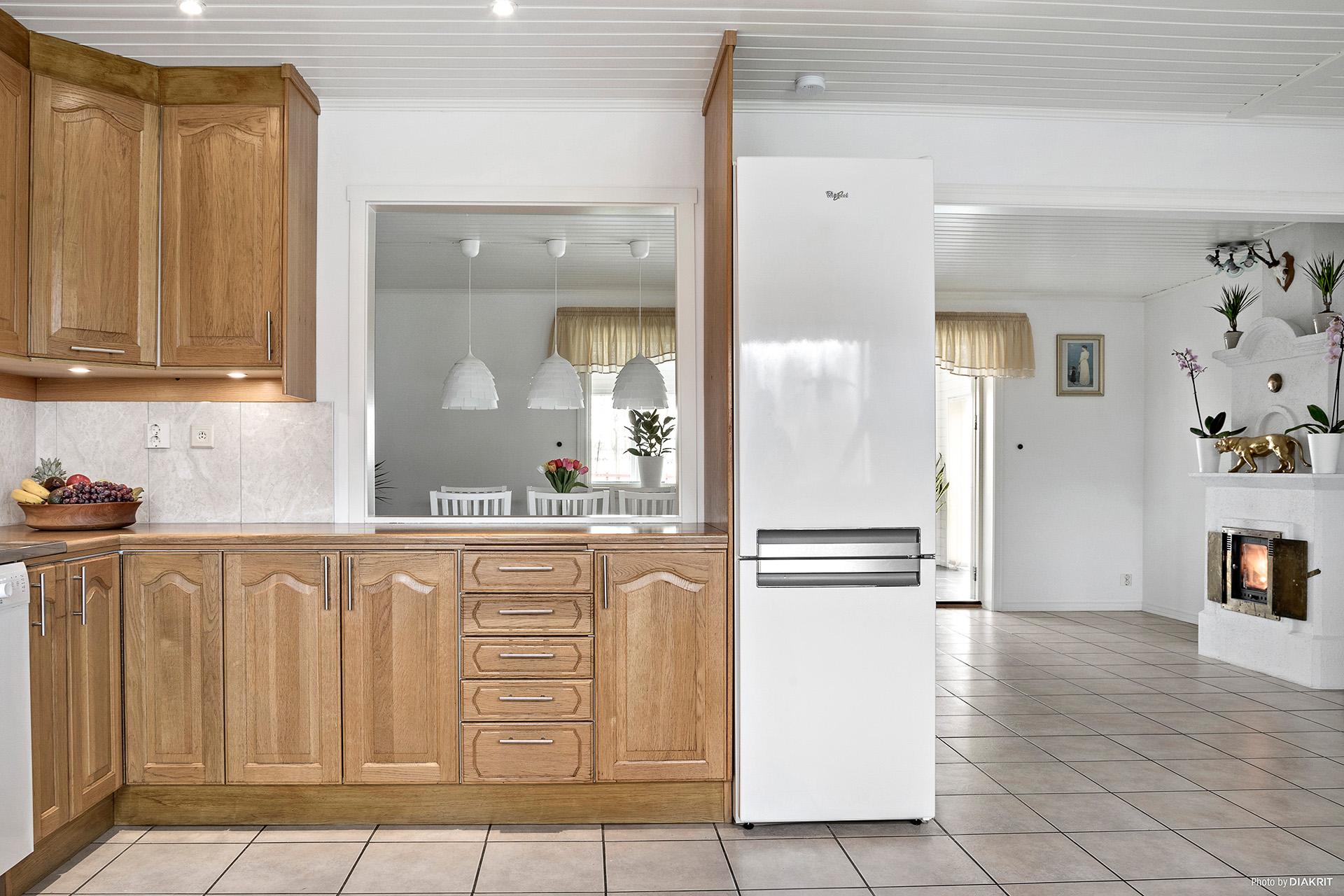 Från köket kan du vara delaktig i gästernas samtal i vardagsrummet.