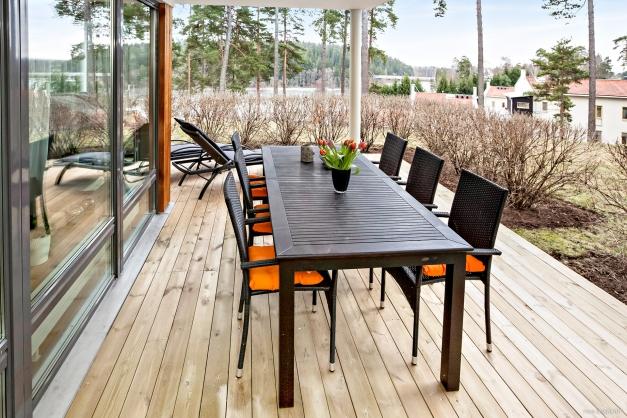 Stor terrass med plats för både matgrupp och solsängar