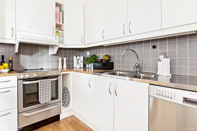 Ljust kök med vita luckor