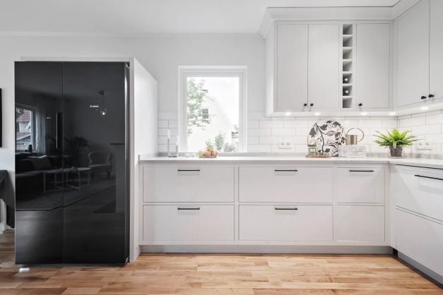Luftigt kök med gott om förvaring/arbetsytor