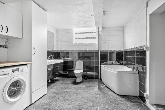 Spaavdelning och tvättstuga nedre plan