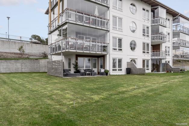 Markplanslägenhet med 200 m² uteplats och gräsmatta