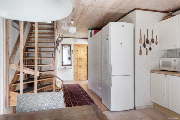 Bottenplan inleds med liten hall med badrum. Vidare finns kök med matplats.