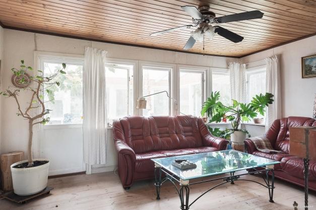 Vardagsrummet har plats för soffgrupp. Utgång till uterummet från vardagsrummet.