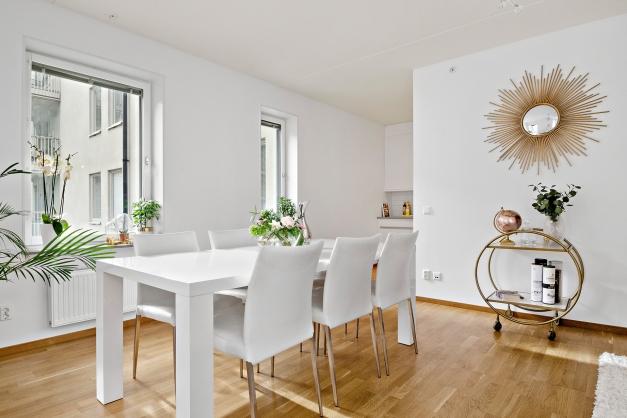 Delvis öppen planlösning med kombinerad matsal och vardagsrum