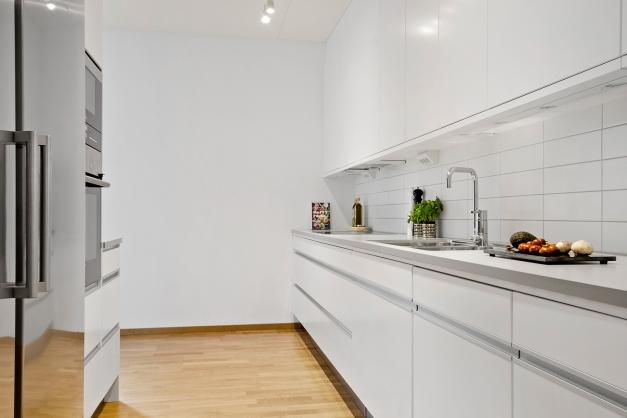 """Kök med inbyggda vitvaror från Simens och smart """"push-funktion"""" på överskåp"""