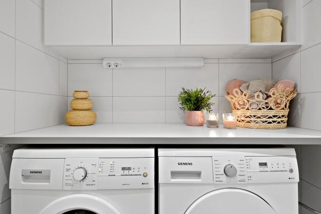 Badrum utrustat med tvättmaskin och torktumlare från Simens