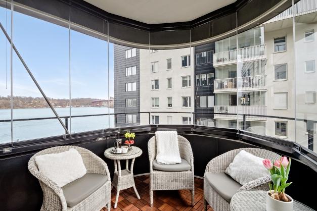 Rundad balkong med utsikt över Årstaviken och innergården