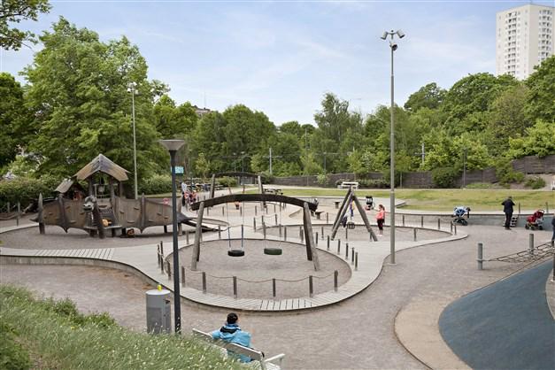 Fina Blomsterdalen är en av områdets lekparker rakt nedanför bostaden.
