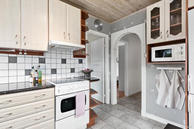 Från köket mot sovrum 3 samt hallen