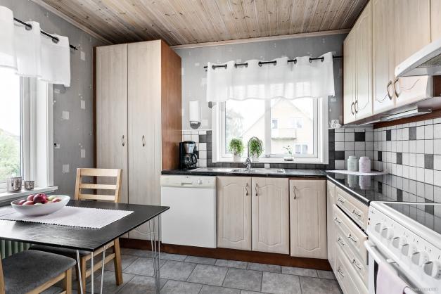 Kök i vinkel med plats för matbord