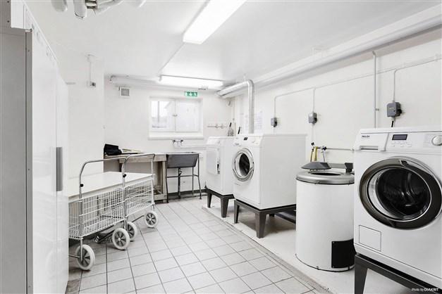 En av tre tvättstugor med torkrum i källarplanet.