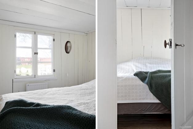 Sovrum med mysig utsikt. Notera den gamla dörren med tillhörande lås och att takhöjden endast är 1,65 m.