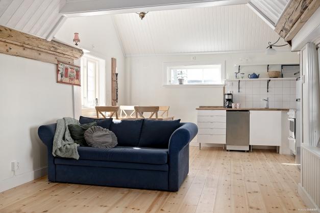 Kök och vardagsrum i öppen planlösning.
