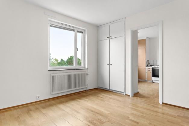 Sovrum med inbyggda garderober och härlig utsikt