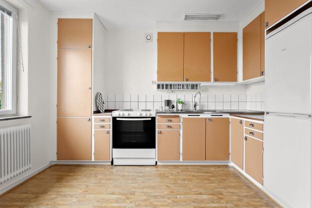 Äldre kök med gott om förvaring