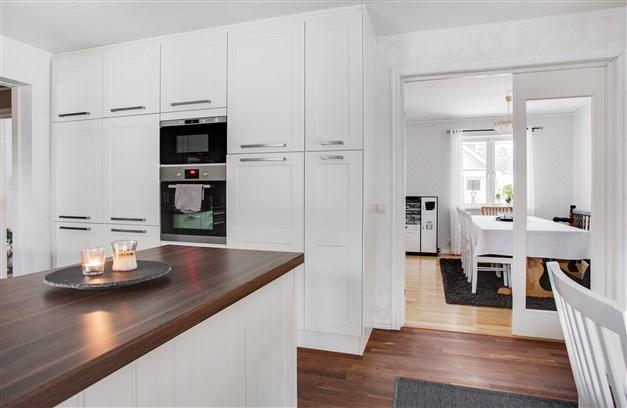 Fina glasdörrar mellan kök och vardagsrum.