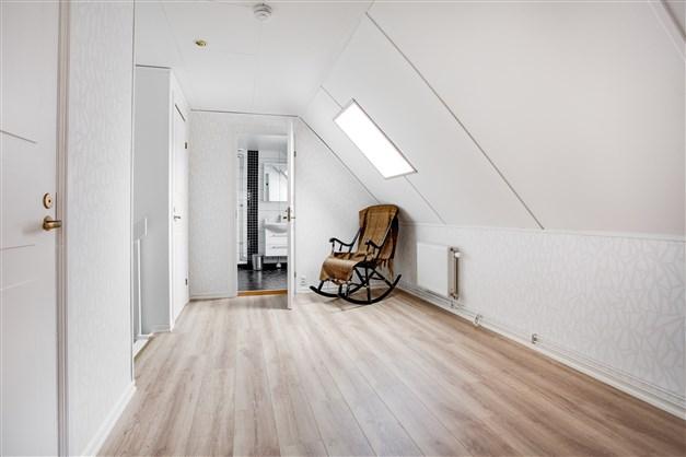 Ovanpå garaget har man inrett med rymlig hall, 2 klädkammare, dusch/wc och ett sovrum. Perfekt för egna företaget eller tonåringen som vill ha enskilt.