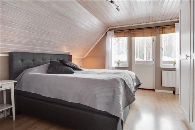 Sovrum 4 med utgång till balkong.
