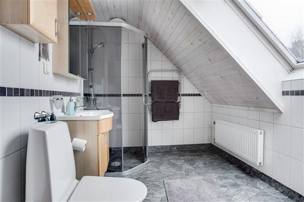 I badrummet finns även dusch.
