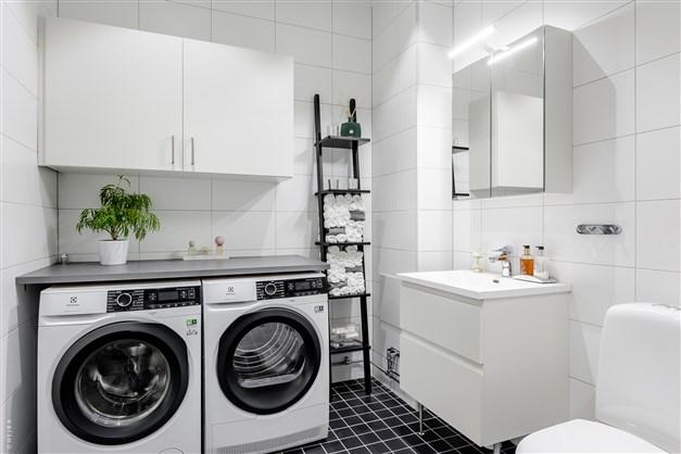 WC/Dusch med tvättmaskin och torktumlare