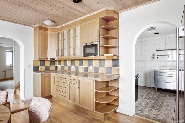 Matrum ock kök med vardagsrum bredvid