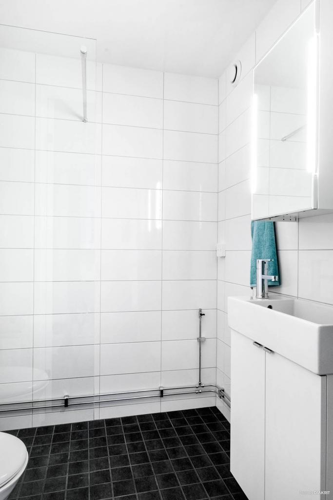 Helkaklat badrum - förberett för tvättmaskin