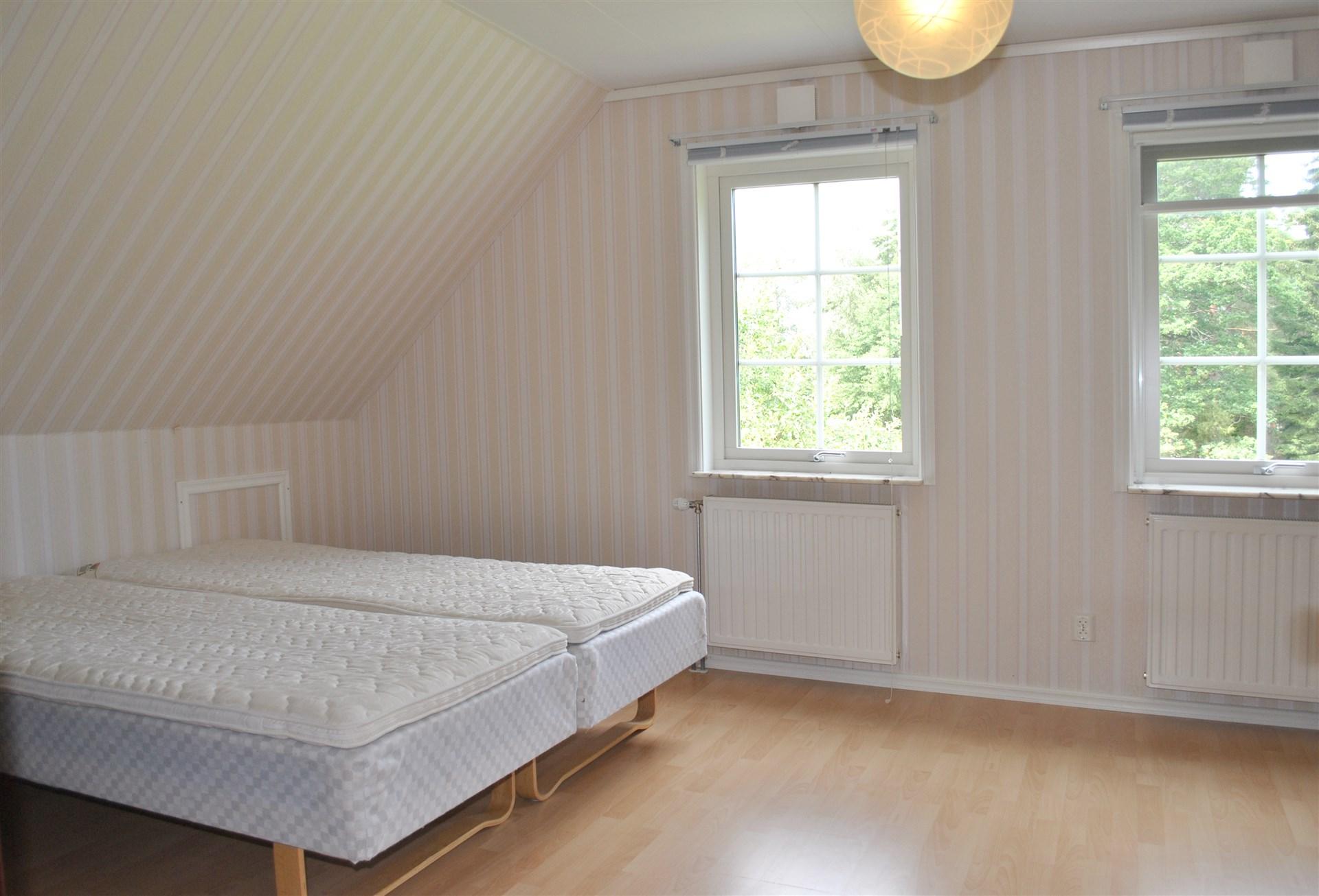 Stort sovrum på övervåningen som går att dela på två