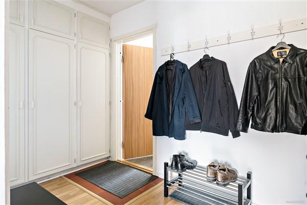 Hall med bra plats för ytterkläder och förvaring i garderober.