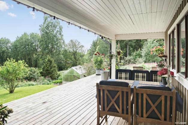 Skön vilsam plats skyddad under tak. Nytt växthus har kommit plats   efter att bilden togs