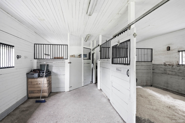 Ljus inredning med fyra hästboxar med möjligheten att avdela till fölbox från en stor hästbox . Här finns också en mindre sadelkammare med indraget vatten och el. Stall har målats (2020) efter att bilden togs