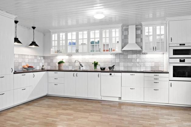 Lantligt kök i modern och funktionell stil. Nytt golv är lagt i kök efter att bilden togs.