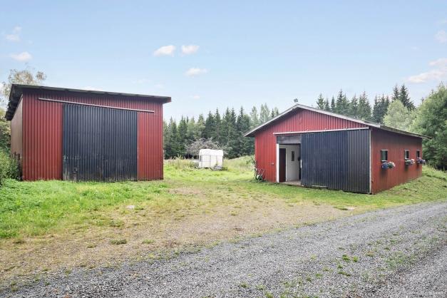 Ekonomibyggnader av garage- och verkstadsbyggnad samt djurstall för hästar