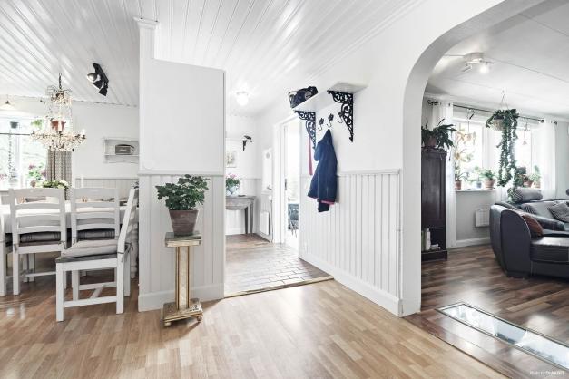 Hall i anslutning till kök och vardagsrum