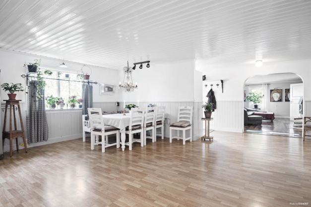 Öppen och luftig planlösning i kök. Nytt golv är lagt i kök efter att bilden togs