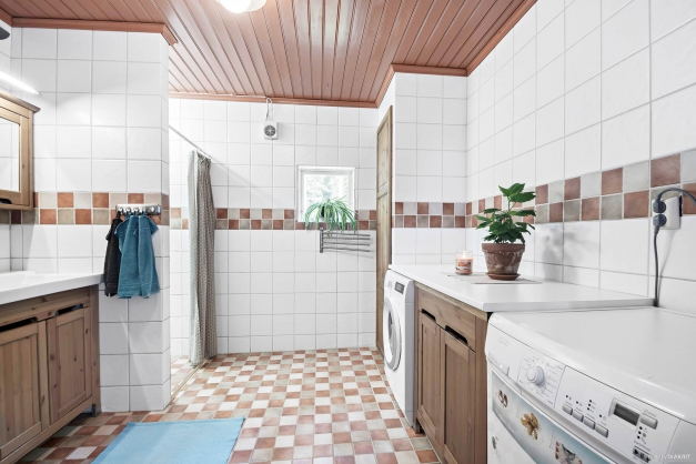 Tvättmaskin och torktumlare i badrum