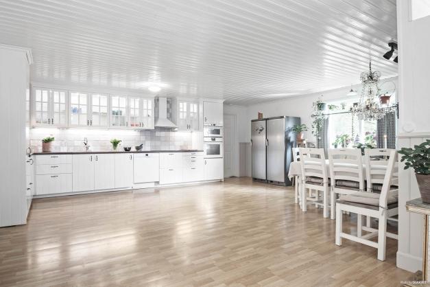 """Kök med härlig rymd och luftighet. Nytt golv är lagt i kök samt nytt kyl- och frysskåp """"side by side"""" efter att bilden togs"""
