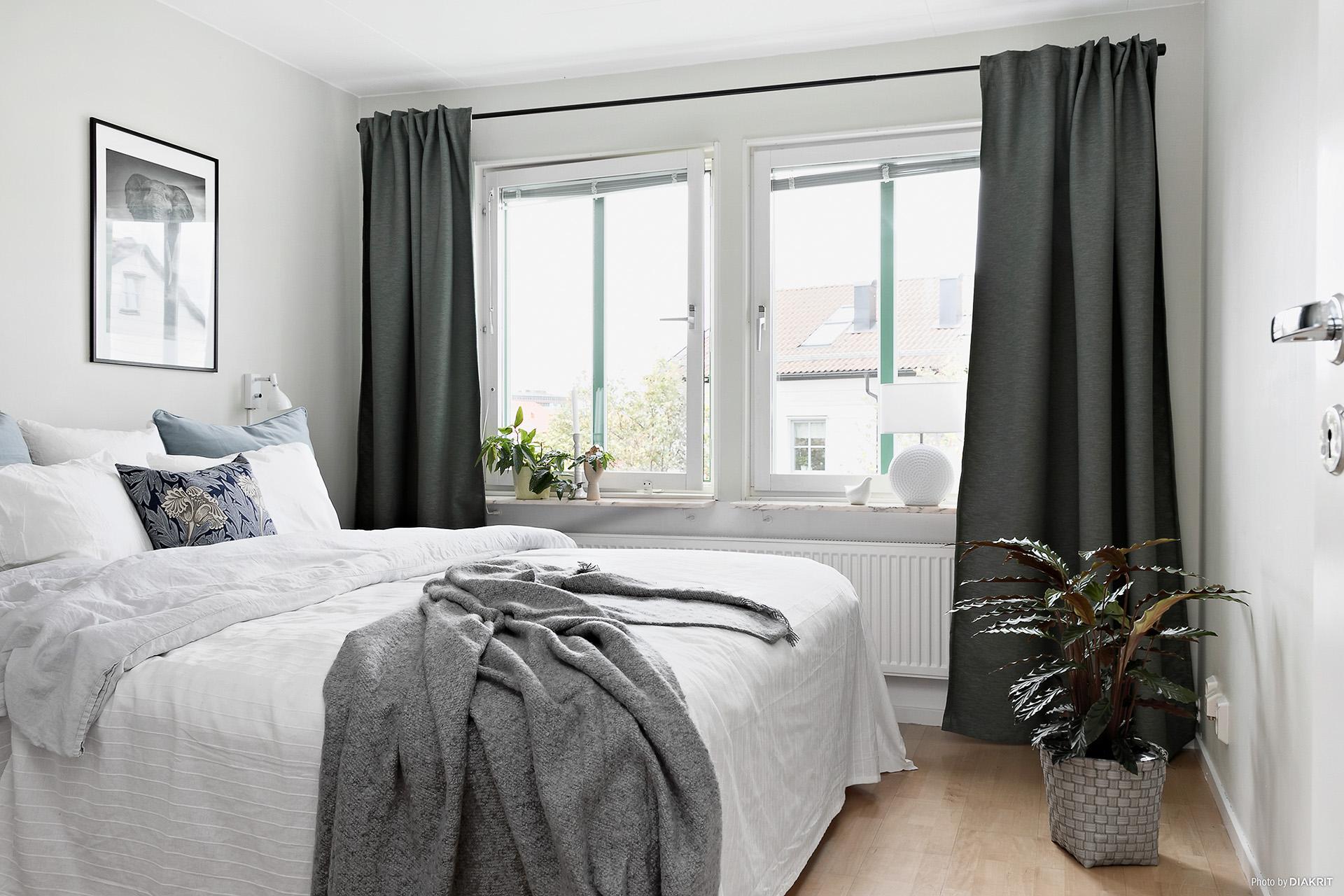 Sovrum i ljusa färger med förvaring i tre garderober